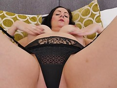 Shaved British cougar Leia playing with her pussy